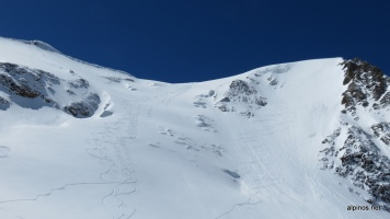 unsere Spuren links, in vermutliche besserem Schnee als die Direktvariante vom Gipfel.