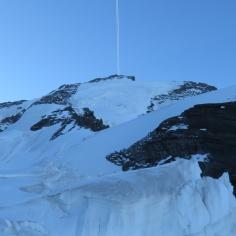 Der Kondensstreifen markiert den Gipfel