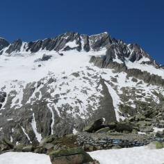 die Route im Überblick: von rechts unten kommend unterhalb des Grates halten hinauf zum Gletscher, diagonal hinüber zum Rücken, steil hinauf zur kleinen Ostrippe und auf den Gipfel.
