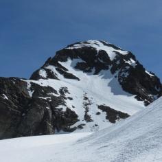Blick zum Piz Buin: links die Aufstiegroute am Grat entlang, links der Abstieg durch's Couloir.
